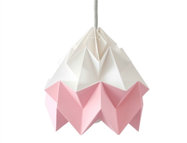 paper_lamp_studio_snowpuppe_moth_pink_and_white_witte_achtergrond_1