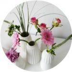 Bloemen uit een boeket verdelen over meerdere vaasjes