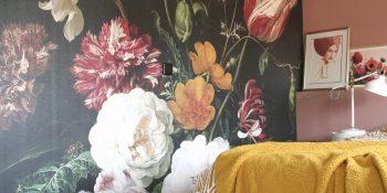 Slaapkamer zoekt kleur: bloemenbehang en roze