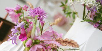 Een roze plukboeket uit de natuur